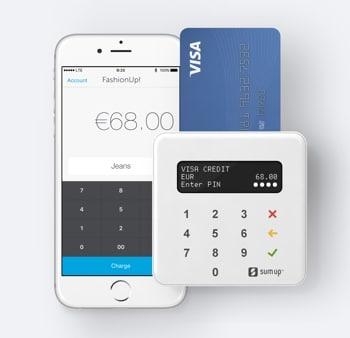 Smartphone mit SumUp App und SumUp Air Kartenlesegeräte sowie eingesteckter Karte